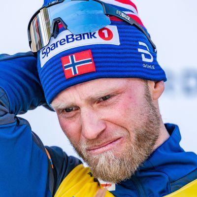 Martin Johnsrud Sundby står på prispallen.