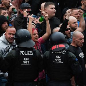 Chemnitzissä osoitettiin mieltä maahanmuuttoa vastaan saksankuubalaisen miehen puukotuksen jälkeen elokuussa 2018.