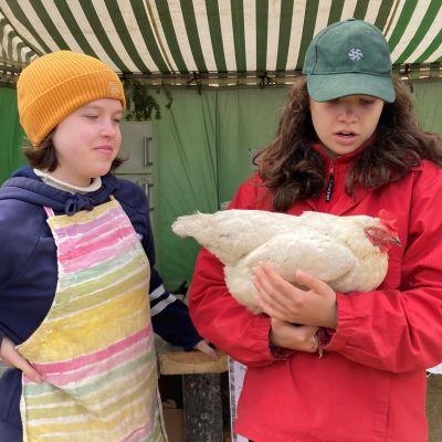 Elli ja Inka Sääskilahti esittelevät kanaa.