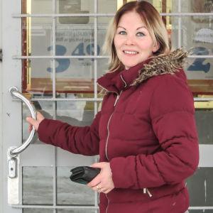 Kunden Charlotta Sanström på väg in i Hindhår bybutik