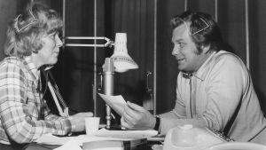 Meri Louhos ja Sauvo Puhtila juontavat radiolähetystä 19. toukokuuta 1973.