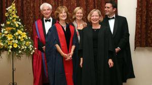 Vegas sommarprtare 2019 Moira von Wright poserar i Cambridge 2007. Längst till vänster syns professor David Bridges, dåvarande chef för the Von Hügel Institute vid St Edmund's College i Cambridge.