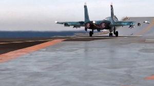 Ett Suchoj-33-jaktplan lyfter från det ryska hangarfartyget Admiral Kuznetsov.
