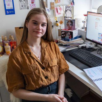 Jasmin Pietikäinen omassa huoneessa tietokoneen äärellä.