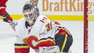 Karri Rämö räddar ett skott i Calgarys tröja.