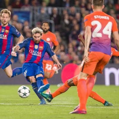 Lionel Messi gör mål mot Manchester City.