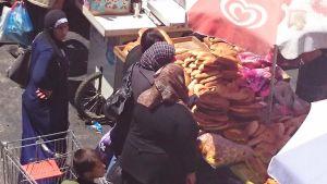Kvinnor handlar på marknaden i Hebron