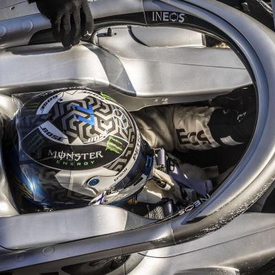 Valtteri Bottas sitter i sin Mercedes.