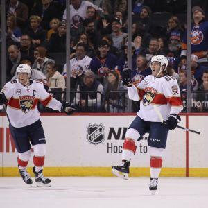 Aleksandr Barkov och Mike Hoffman firar segermålet.