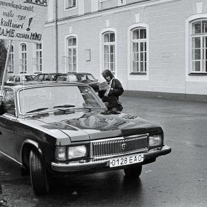 Tarina Viron pääministeri Mart Laarin hallituskauden vaikeasta ja joskus absurdista ajasta. Kuinka valtio luodaan uudelleen?