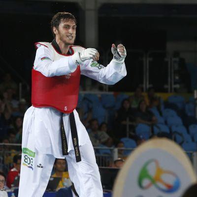 Radik Isaev tuulettaa voittoa.