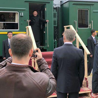 Nordkoreas ledare Kim Jong-Un anlände på onsdag morgon till Ryssland där han fick blommor, bröd och salt som välkomstspresent