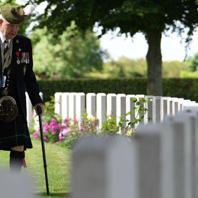 Krigsveteran John Lamont besöker gravar.