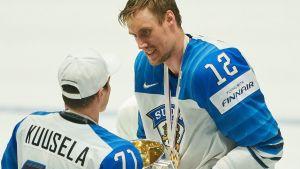 Marko Anttila räcker pokalen åt Kristian Kuusela.