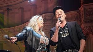 Anita Hegerland och Jari Sillanpää tillsammans på Alexandersteaterns scen.