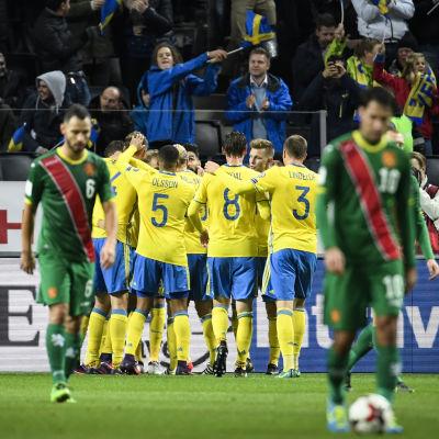 Sveriges spelare firar med två bulgarer i förgrunden.