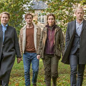 Huvudkaraktärerna i dramaserien Arvingarna fotograferade i trädgården bakom huset.