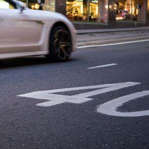 Bil kör på gata där hastighetsbegränsningen är 40 km/h.