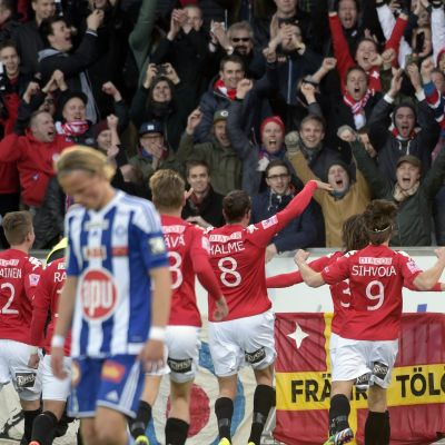HIFK firar Joni Korhonens reduceringsmål mot HJK i april 2015.