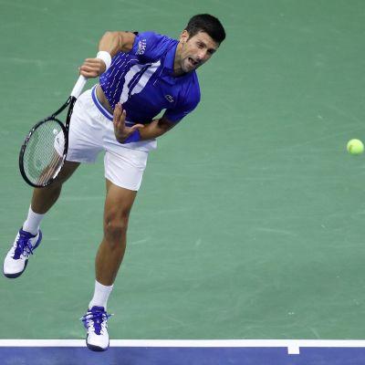 Novak Djokovic syöttää.