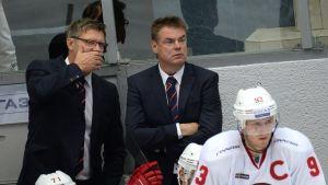 Jukka Jalonen (t.v.) viskar något till assisterande tränaren Raimo Helminen.
