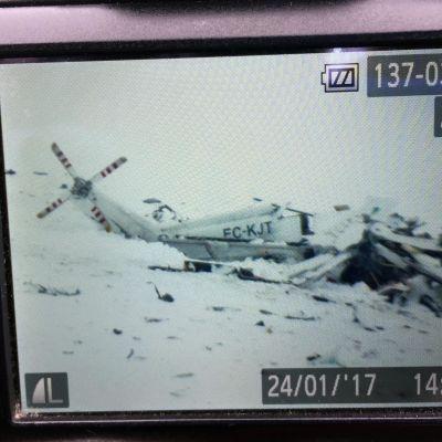 Maahan syöksyneen helikopterin kuva kameran näytöllä.