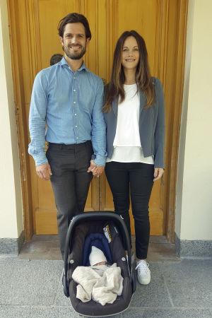 Prins Carl Philip och prinsessan Sofia med sin nyfödda son