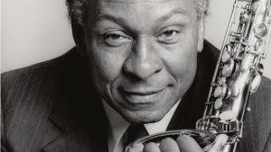 Saksofonisti Frank Morgan. Kuva dokumenttielokuvasta Vapauden sointi: Frank Morganin tarina.