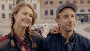 Marie lägger moderligt armen på Rasmus axel.