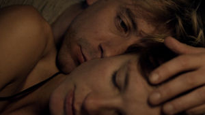 Det älskande paret. Rasmus stryker med handen över den sovande Maries hår.