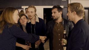 Rasmus och Marie i en klunga med vänner på ett konstvernissage. På bilden syns även filmens regissör Charistian Tafdrup som gör en liten roll.