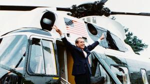 Richard Nixon näyttää kaksin käsin voitonmerkkiä helikopterin ovella matkalla pois Valkoisesta talosta erottuaan USA:n presidentin virasta.