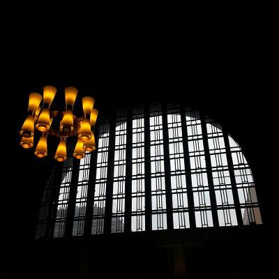 Takkrona och fönster, järnvägsstationen i Helsingfors.