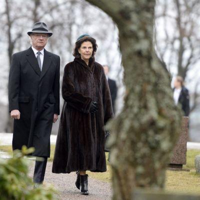 På tisdagen besökte kungaparet Sandudds begravningsplats.