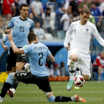 Uruguays försvar klarade inte av att stoppa Antoine Griezmann i VM-kvartsfinalen.