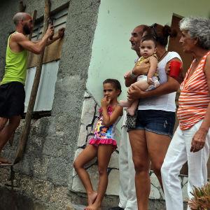 En man bommar igen ett fönster på sitt hus, inför orkanen Irmas ankomst till Kuba.