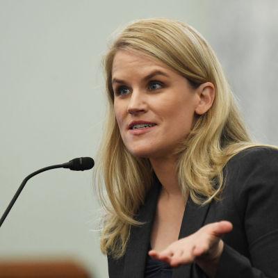 Ljushårig kvinna klädd i mörk kostym sitter vid en mikrofon. Visselblåsaren Frances Haugen hörs i senaten om hennes tidigare arbetsgivare, Facebook.