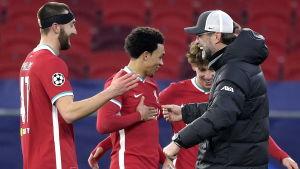Liverpools tränare Jürgen Klopp tackar sina spelare efter matchen mot Leipzig.