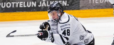Lauri Pajuniemi firar mål med lagkamrater.