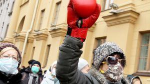 Kvinna med boxningshandske deltar i en demonstration mot polisvåld 23.11.2020 i Minsk