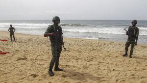 soldater står vakt efter attacken i Elfenbenskusten i mars 2016