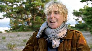 Ohjaaja Claire Denis vierailee Igmar Bergmanin Fårön-kodissa. Kuva dokumenttisarjasta Bergmanin videot.