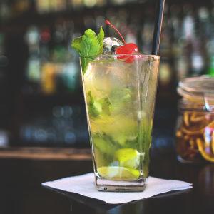 En mojito i ett drinkglas.