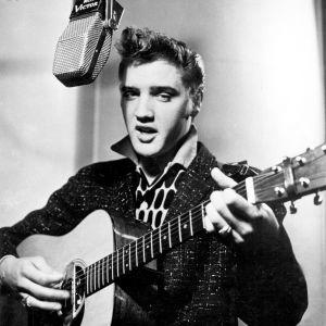 Elvis Presley kitara kädessä studiossa vuonna 1956. Kuva dokumenttielokuvasta Seitsemän kertaa Elvis.