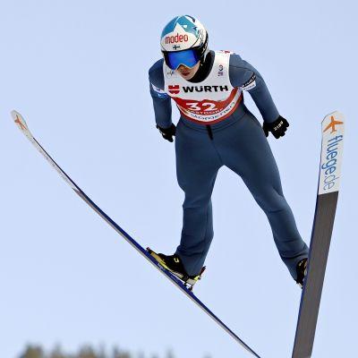 Julia Kykkänen flyger ned för backen.