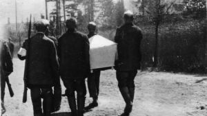 Fångar bär vit likkista på Sveaborg 1918