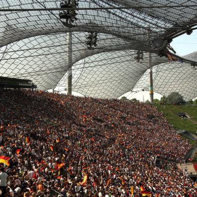 Arkivbild från 2006 där 10 000 fotbollsfans tittar på Tyskland-Sverige-matchen i München under fotbolls-vm 2006.