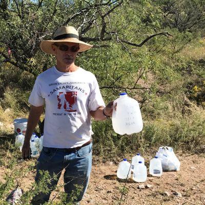 Richard Osburn sätter ut vatten på invandrarnas rutter.