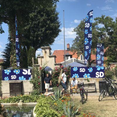 Sverigdemokraternas flaggor och banderoller under Almedalsveckan.