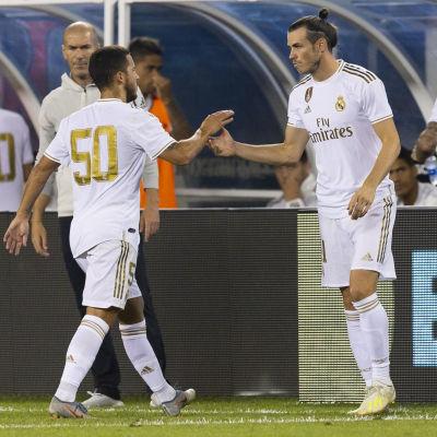 Gareth Bale kommer in på planen.